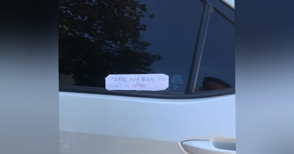"""Diretora de hospital em Acopiara, no Ceará, tem recado colado em carro: """"tenha mais respeito pelos outros"""". Veículo da servidora teve os pneus cortados. — Foto: Arquivo pessoal"""
