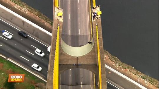 """Mineirinho faz manobras de skate a 30 metros de altura em ponte de São Paulo: """"Uma corda bamba"""""""
