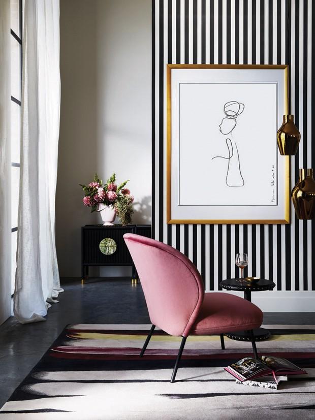 Décor do dia: sala de estar com papel de parede listrado e paleta rosa (Foto: Instagram/@armellehabib)
