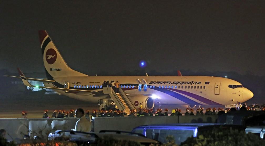 Avião da Biman Bangladesh Airlines faz pouso de emergência no aeroporto de Chittagong após uma tentativa frustrada de sequestro no domingo (24) — Foto: Associated Press
