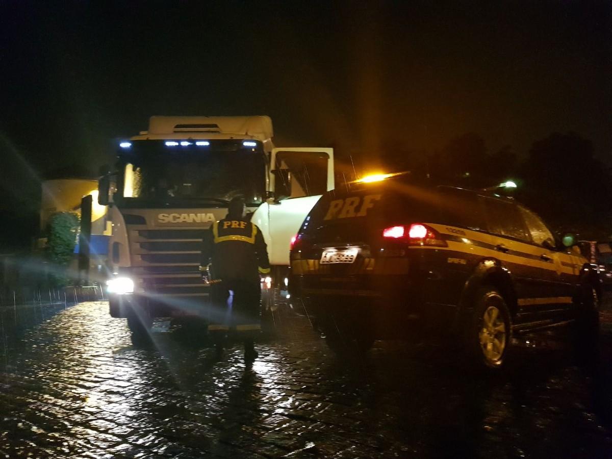 Carga roubada de R$ 241 mil, é recuperada na Dutra em Arujá, diz polícia