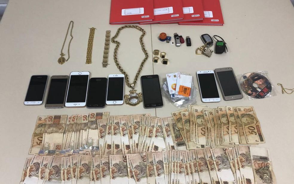 Celulares, dinheiro e joias apreendidas na casa onde traficante foi encontrado (Foto: Divulgação / Polícia Civil)