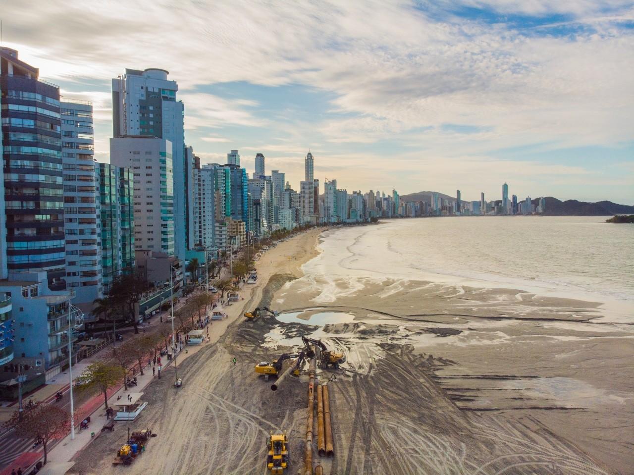 Alargamento da praia de Balneário Camboriú avança média de 90 metros por dia