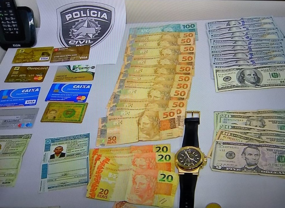 Material foi apreendido com homens presos por suspeita de estelionato em Natal (Foto: Reprodução/Inter TV Cabugi)