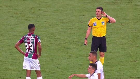 """VAR, trave... De novo no """"quase"""", João Pedro chega a maior jejum no Fluminense e volta a ouvir vaias"""