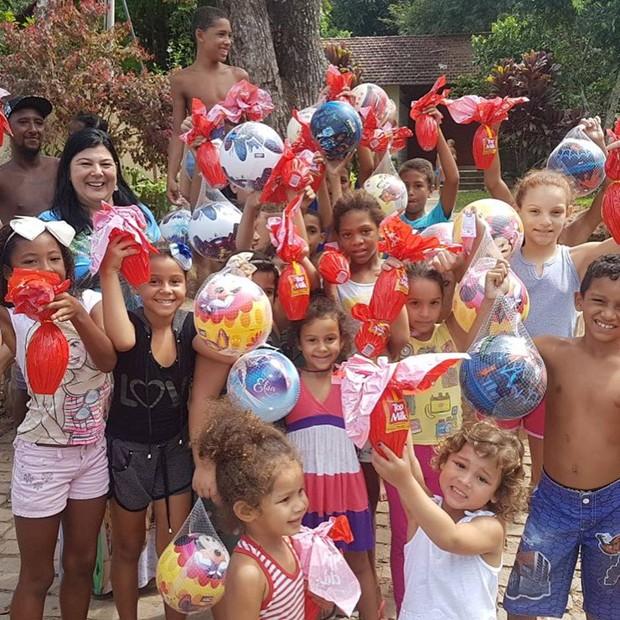 Crianças vibram com os presentes que ganharam de Zeca Pagodinho (Foto: Reprodução/Instagram)