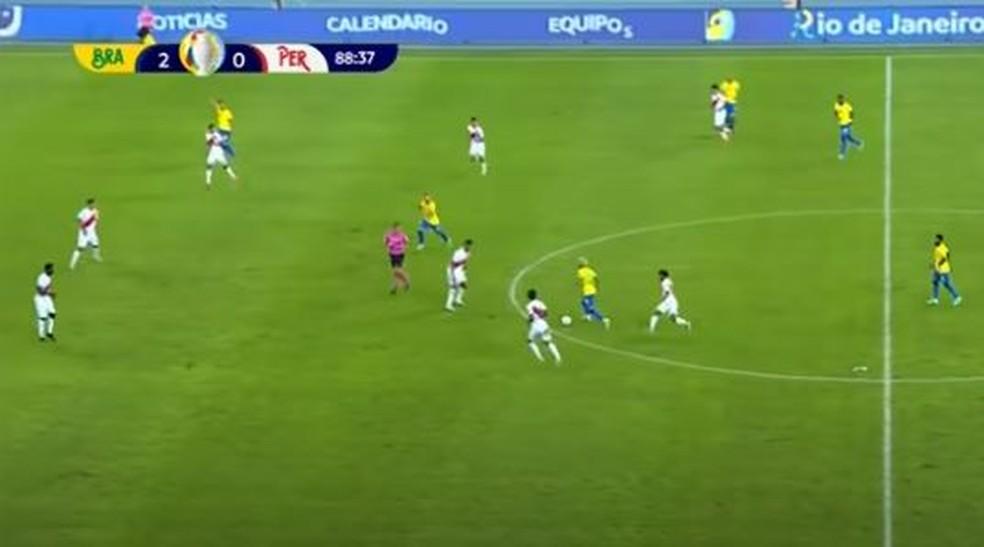 Ribeiro corre para trás do marcador para abrir campo para Neymar — Foto: Reprodução