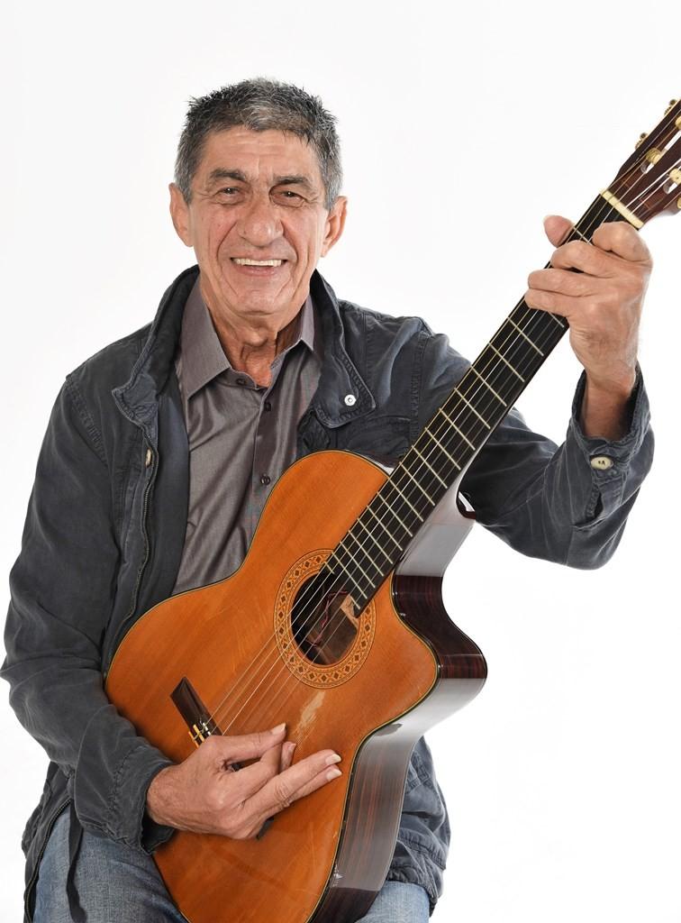 Cantor Fagner faz show em Vilas do Atlântico, no sábado (9)