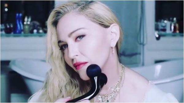 A cantora Madonna com o esfoliador confundido com um sex toy (Foto: Instagram)