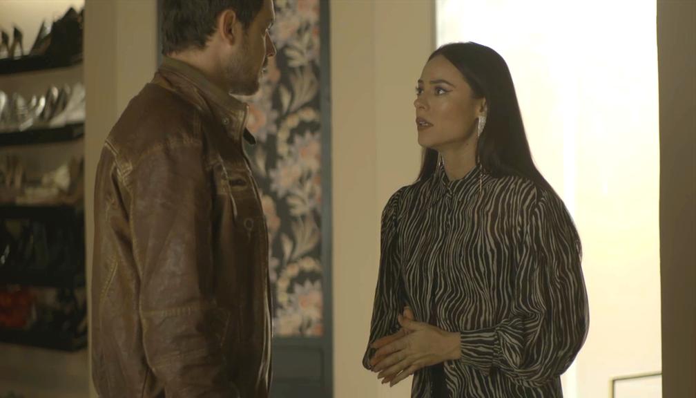 Em 'A Dona do Pedaço', Vivi (Paolla Oliveira) diz a Chiclete (Sergio Guizé) que Camilo (Lee Taylor) já sabe sobre o passado do justiceiro — Foto: TV Globo