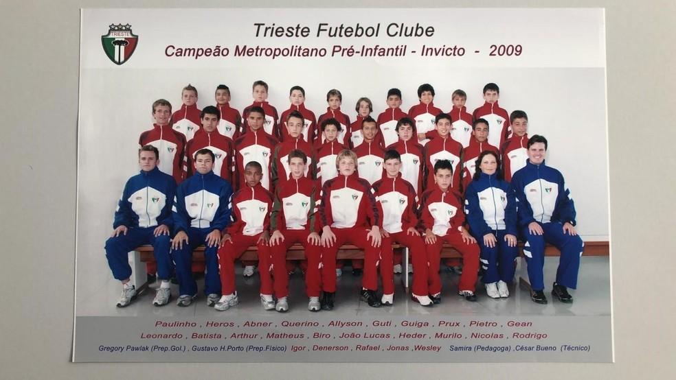 Equipe do Trieste campeã invicta em 2009. Léo Pereira é o primeiro à esquerda, na segunda fileira — Foto: Trieste