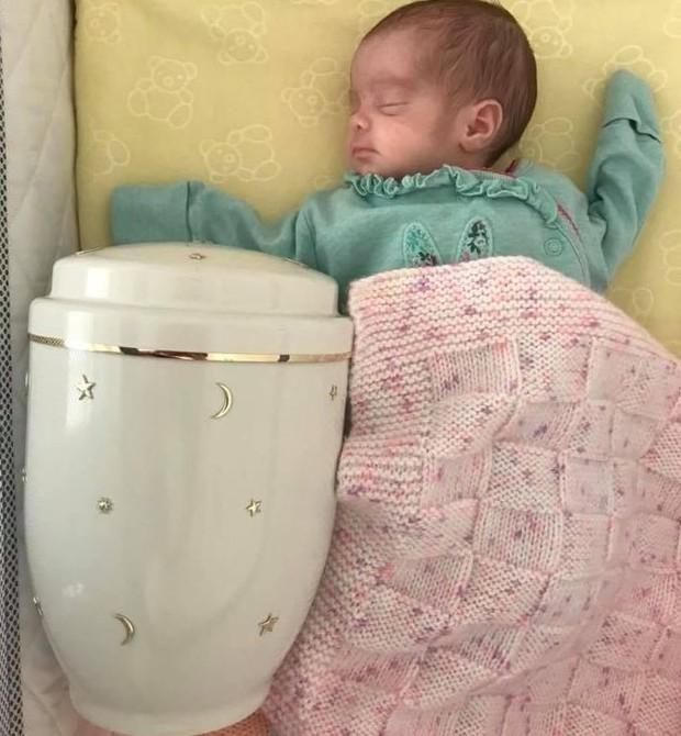 Bella ao lado da urna com as cinzas de Jess (Foto: Reprodução)