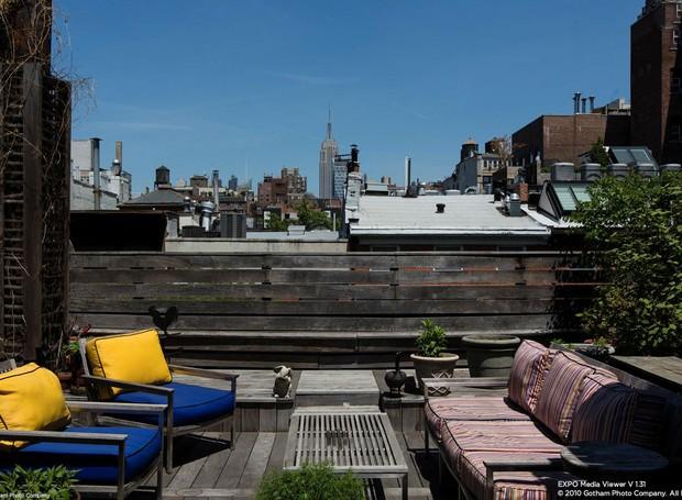 O terraço tem vista para os prédios da cidade (Foto: Douglas Elliman/ Reprodução)