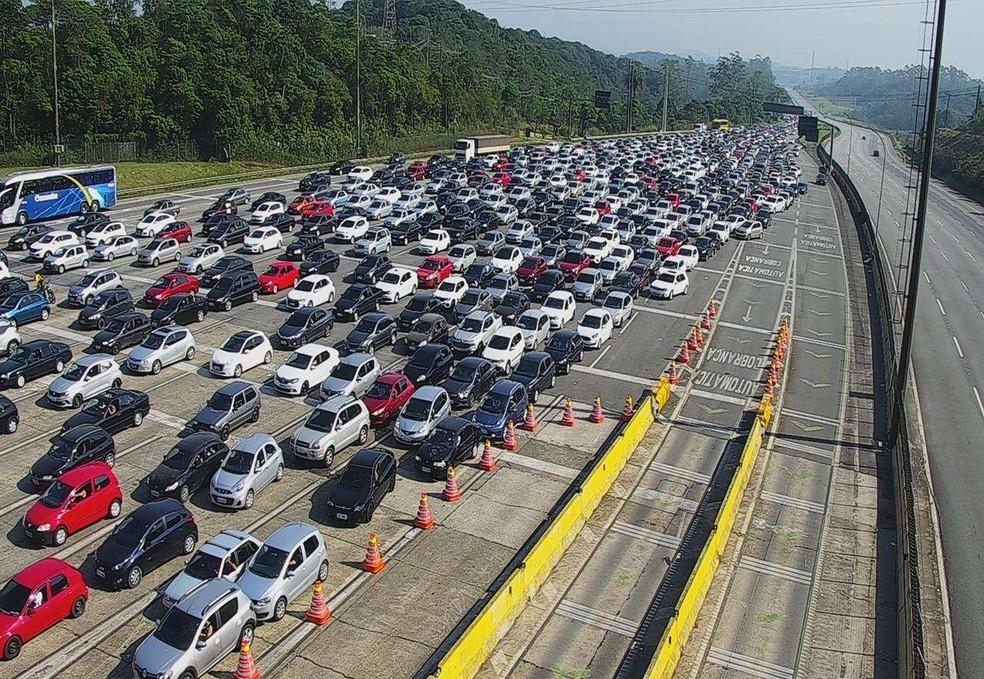 Milhares de veículos desceram para o litoral paulista no dia 6 de setembro, véspera do feriado do Dia da Independência. — Foto: Reprodução/Ecovias