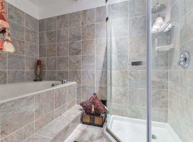 Dois dos banheiros da casa contam com banheira (Foto: The Upshaw Group/ Reprodução)