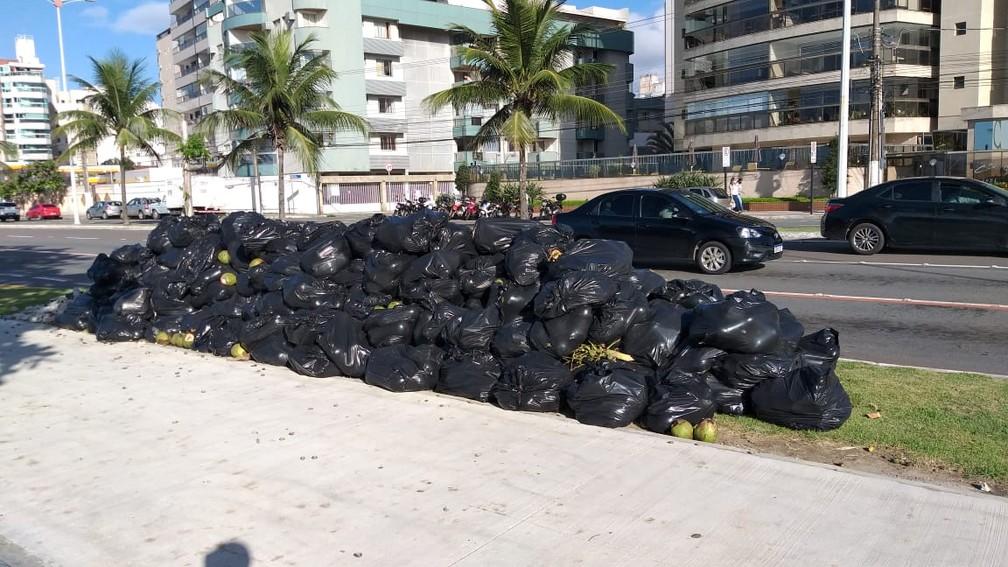 Greve dos motoristas de caminhões de coleta de lixo dura mais de uma semana — Foto: Kaique Dias/TV Gazeta