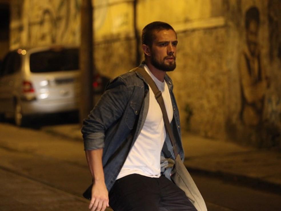 Vicente (Rafael Cardoso) é surpreendido pelo carro de Fernando (Erom Cordeiro) - 'Império' — Foto: Globo