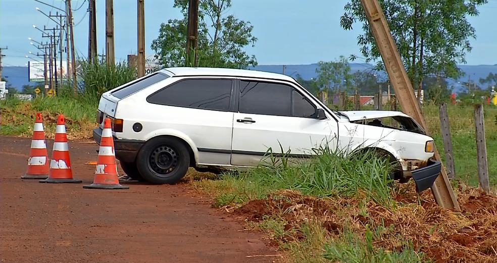 Poste caiu com o impacto da colisão (Foto: TVCA/ Reprodução)