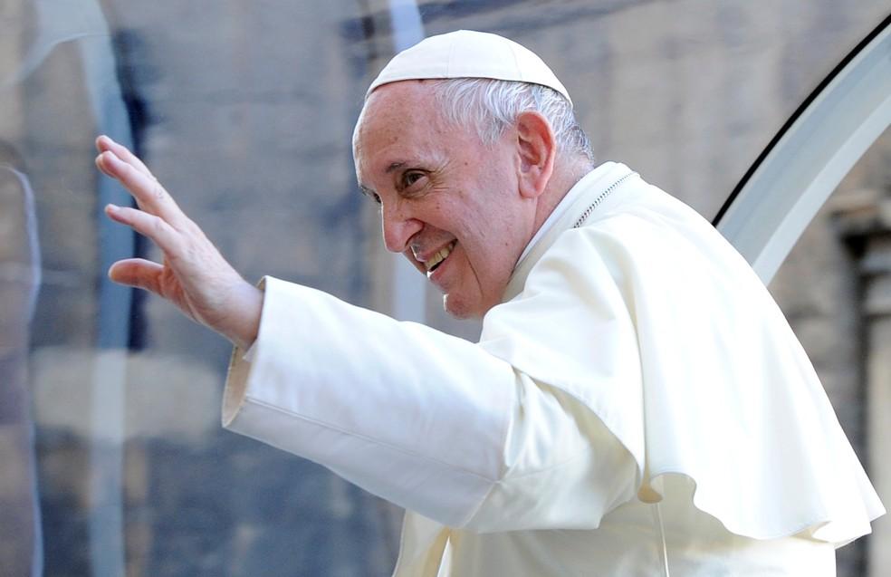 Papa Francisco acena ao sair da Catedral de Palermo, na Sicília — Foto: Guglielmo Mangiapane/ Reuters