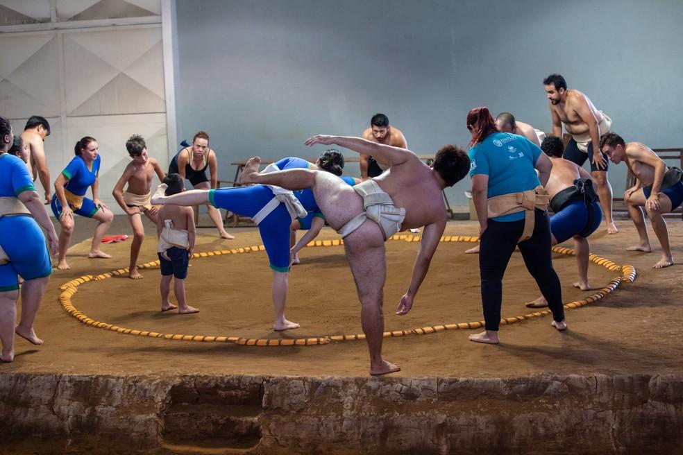 Shiko é um exercício clássico do Sumô e exige força e equilíbrio dos praticantes — Foto: Fabio Tito/G1