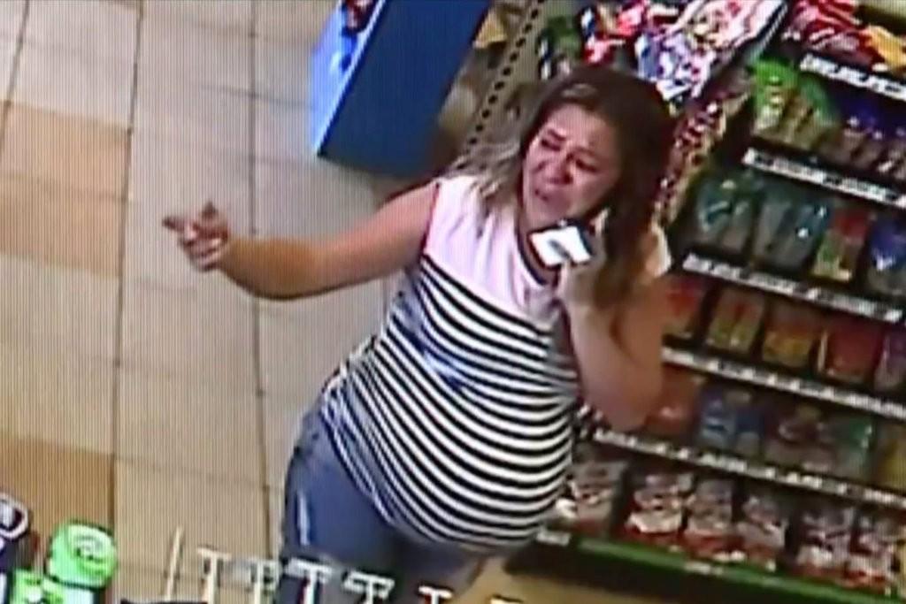 Maria del Carmen ficou sozinha no posto de gasolina, depois que o marido foi detido (Foto: Reprodução/ CCTV/ CBS)