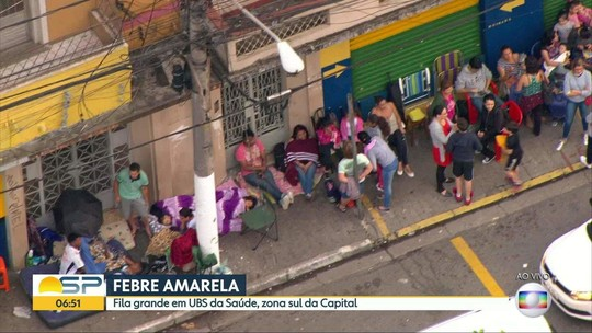 Moradores levam até colchão para esperar por vacina de febre amarela