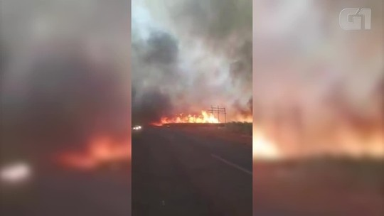 Incêndio em canaviais interdita MG-427 entre Uberaba e Conceição das Alagoas