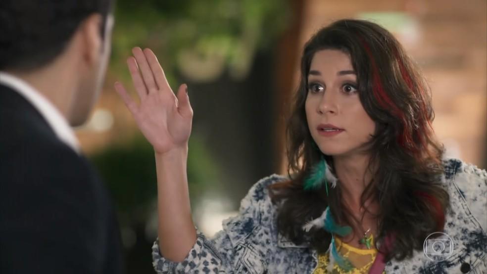 Carmela (Chandelly Braz) obriga Beto (João Baldasserini) a jogar limpo sobre Tancinha (Mariana Ximenes) - 'Haja Coração' — Foto: Globo