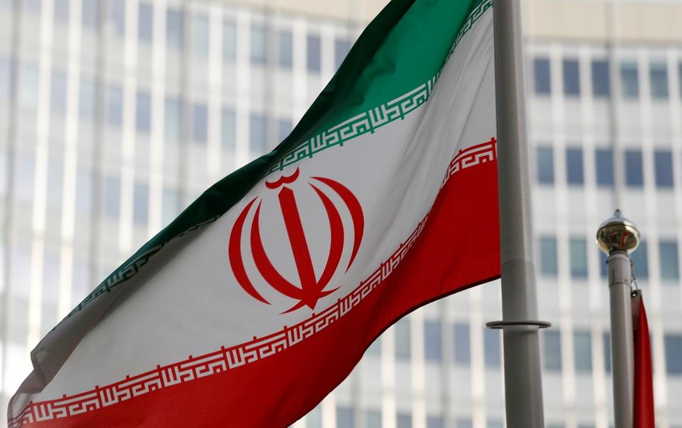 Bandeira do Irã tremula em Viena, em frente à sede da Agência Internacional de Energia Atômica (AIEA) — Foto: Leonhard Foeger/File Photo/Reuters