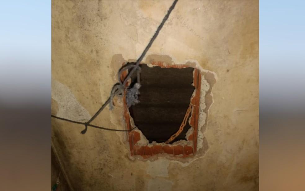 Buraco no teto da cela aberto para a fuga de Lázaro Barbosa da cadeia de Águas Lindas de Goiás, em 2018 — Foto: Reprodução/Polícia Militar