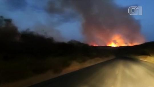 Bombeiros tentam controlar simultaneamente três incêndios florestais na região de Picos