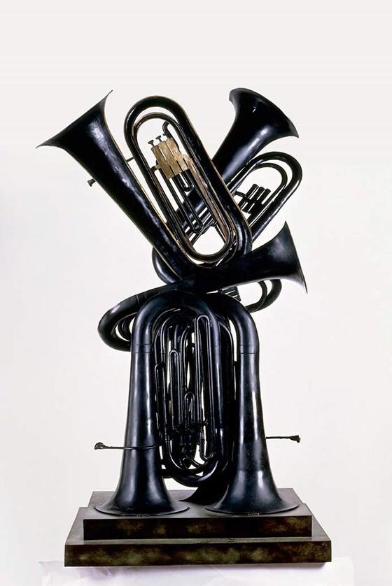 Flon flon, peça de Arman de 1990, composta com tubas de bronze fixadas em mármore, retrabalhadas com pátina (Foto: BRIDGEMANIMAGES)