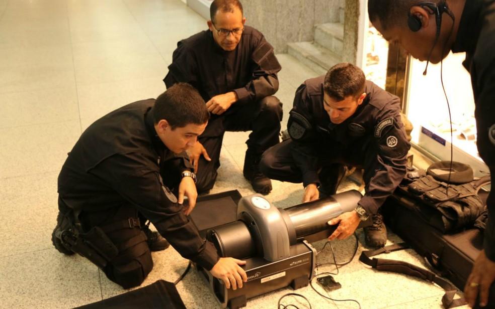 Esquadrão anti-bomba descartou a presença de bomba na bagagem deixada em shopping (Foto: Divulgação/SSP-BA)