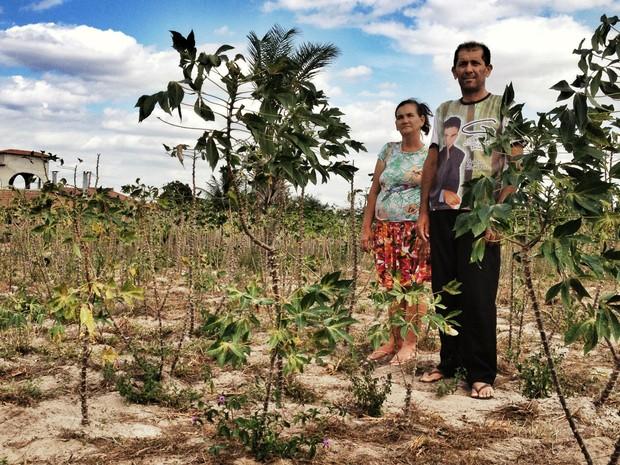 Estiagem levou casal a trazer fécula do Paraná para produzir beiju em Coité (Foto: Henrique Mendes / G1)