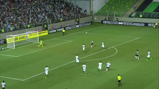 Fábio Santos levanta na área e Ricardo Oliveira cabeceia sem força, aos 24 do 2º