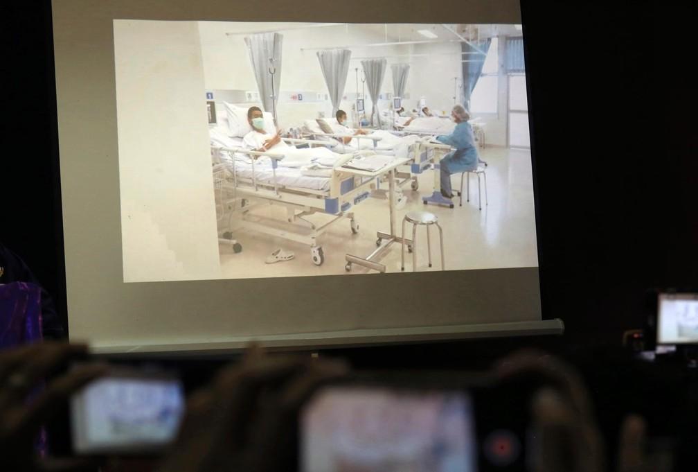 Foto de foto dos meninos resgatados já no hospital (Foto: AP )