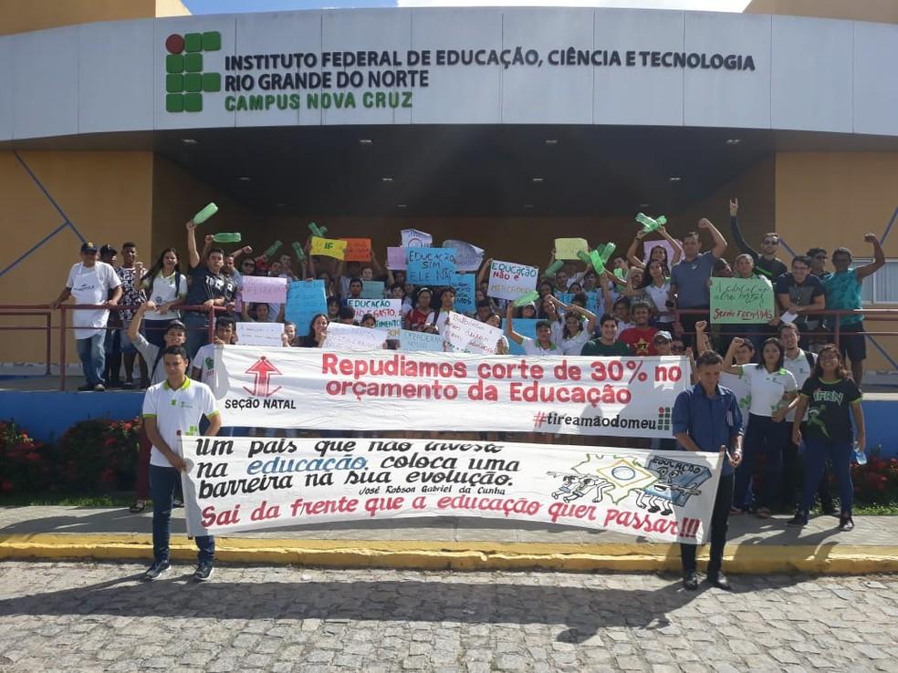 Em Nova Cruz, no Agreste potiguar, alunos e professores se reuniram no IFRN e depois saíram pelas ruas da cidade — Foto: Daniel Barbosa