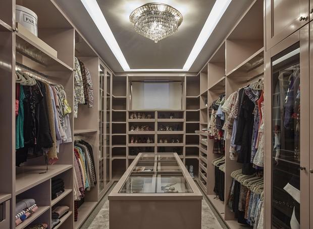Closet de Camila, esposa do jogador Jonathas Christian de Jesus, organizado por Carol Rosa (Foto: Jomar Bragança/Divulgação)