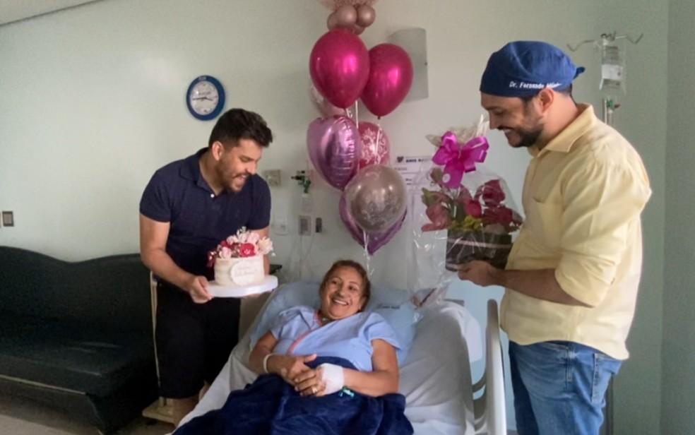Cauan e irmão fizeram 'festa' de aniversário para a mãe quando ela ainda estava internada no hospital — Foto: Arquivo pessoal/Cauan Máximo