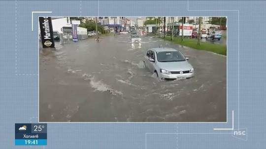 Pancadas de chuva causam alagamentos e queda de energia no Sul de SC