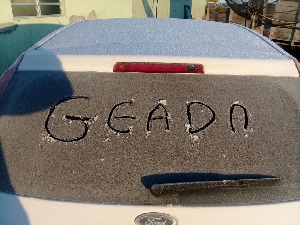 Moradores aproveitaram para escrever nos vidros dos carros (Foto: Fernanda Farias/Arquivo Pessoal)