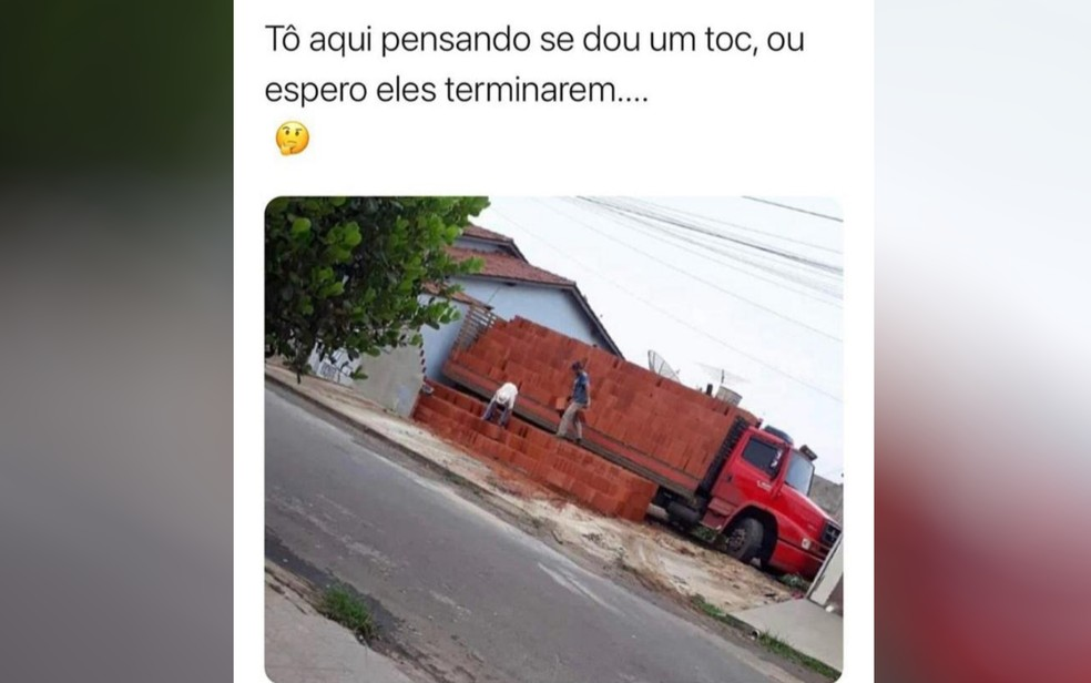 Meme com motorista e ajudante que descarregaram tijolos e deixaram caminhão preso — Foto: Ramon Vieira/Arquivo Pessoal