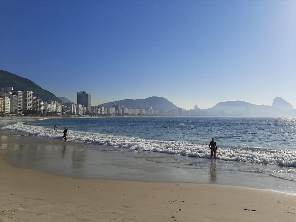Cariocas voltam à orla na Fase 1 da reabertura do Rio. Na foto, o Posto 6 de Copacabana — Foto: Daniel Silveira/G1