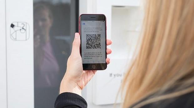 """Clientes usam QR Code para colocar e retirar as roupas da """"vending machine"""" (Foto: Divulgação)"""