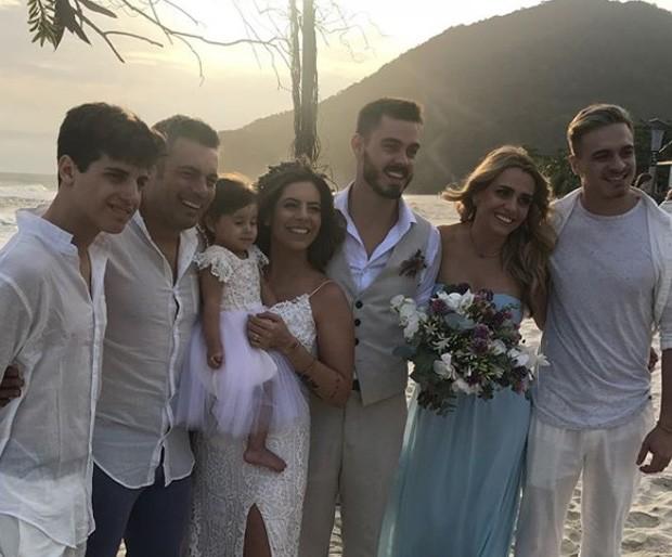 Luigi Baricelli e Andréia Baricelli com os três filhos, o genro Henrique Tomaz e a neta (Foto: Reprodução/Instagram)