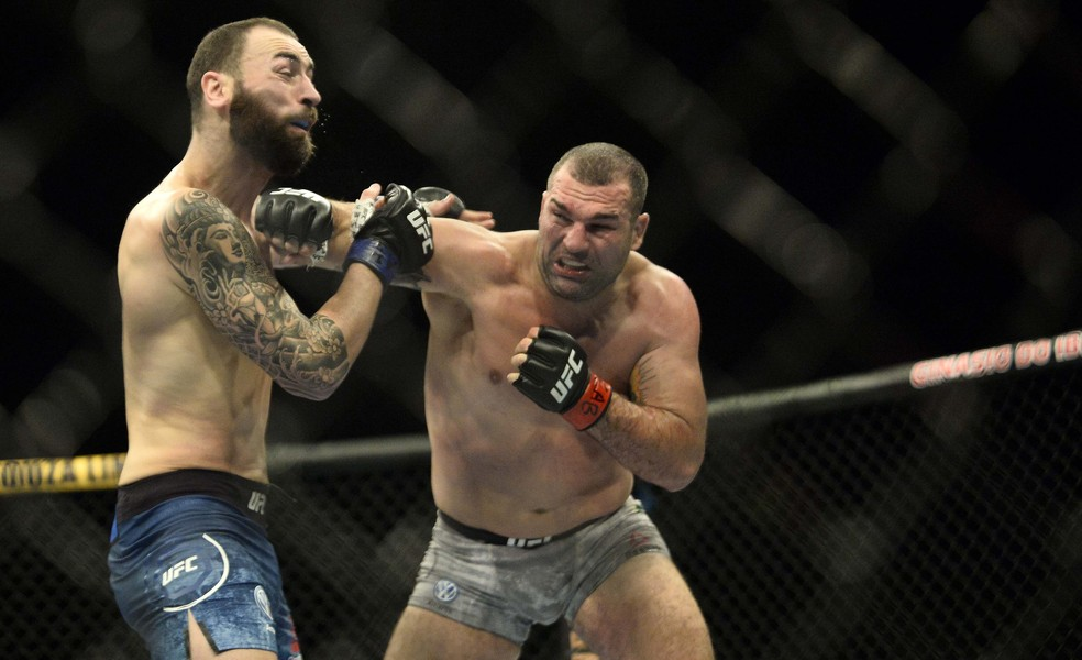 Mauricio Shogun golpeia Paul Craig no UFC São Paulo — Foto: Marcos Ribolli