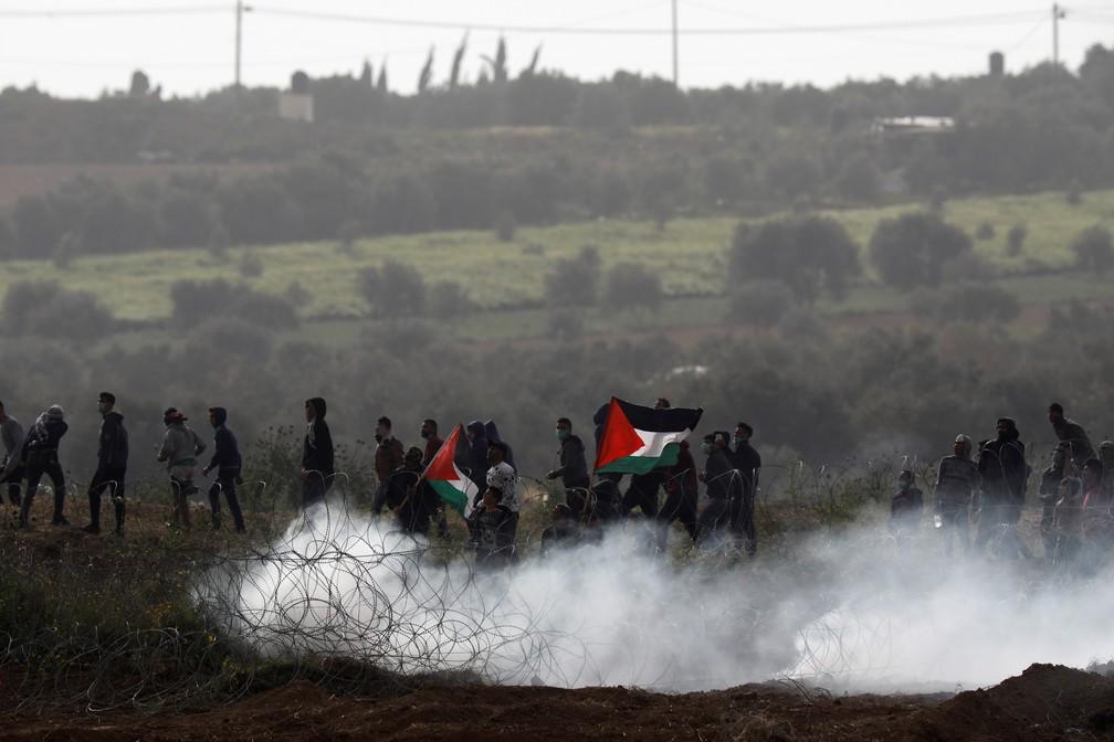 Militantes palestinos protestam perto da fronteira entre a Faixa de Gaza e Israel. Manifestação terminou com morte e tumulto — Foto: Amir Cohen/Reuters