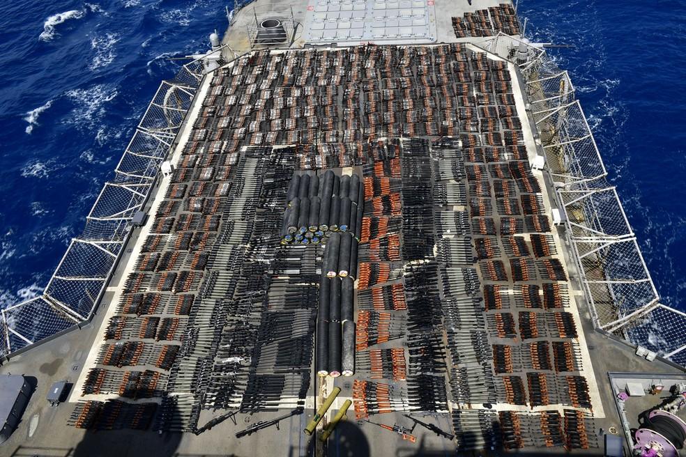 Milhares de armas são exibidas a bordo do USS Monterey, da Marinha dos EUA, após apreensão no Mar da Arábia — Foto: Marinha dos EUA via Reuters