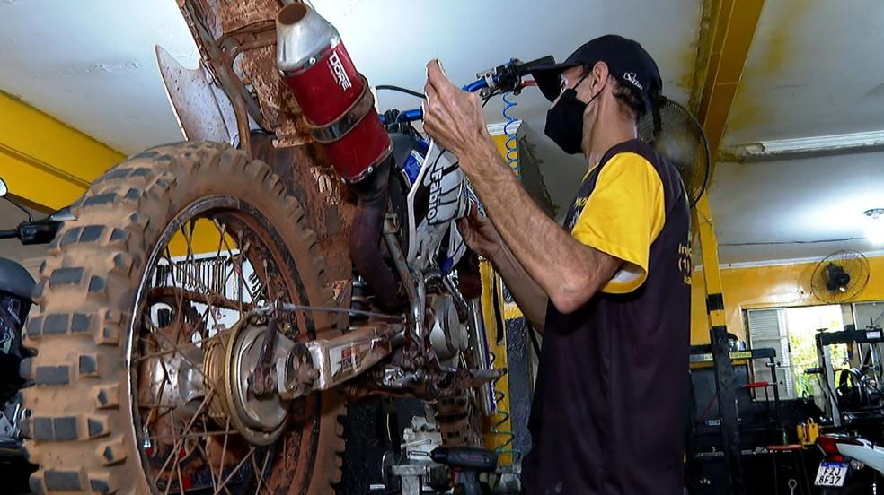 Há vagas para mecânico e chapeiro em Feira de Santana.