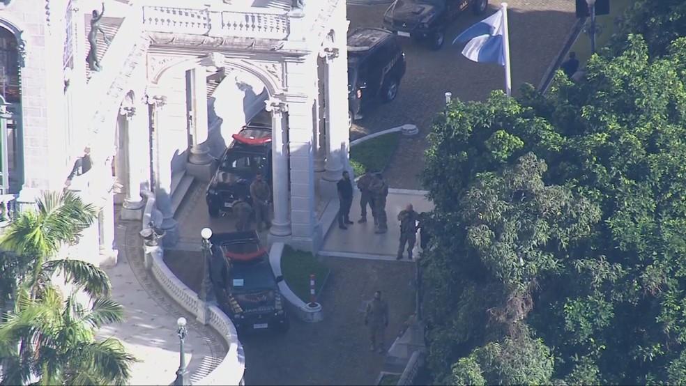 Movimentação da Polícia Federal no Palácio Laranjeiras — Foto: Reprodução/TV Globo